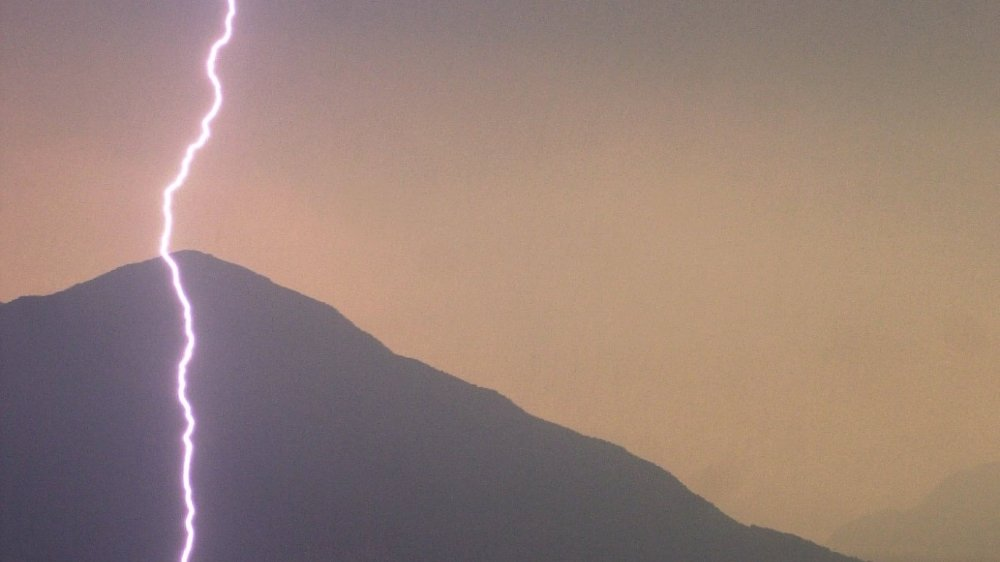 Un éclair illumine le ciel au-dessus du lac Majeur, Tessin.