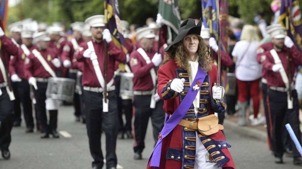 Après avoir dégénéré en mai, les marches orangistes (protestantes et pro-britanniques) ont eu lieu dans un format réduit à la mi-juillet en Irlande du Nord, ici à Belfast.
