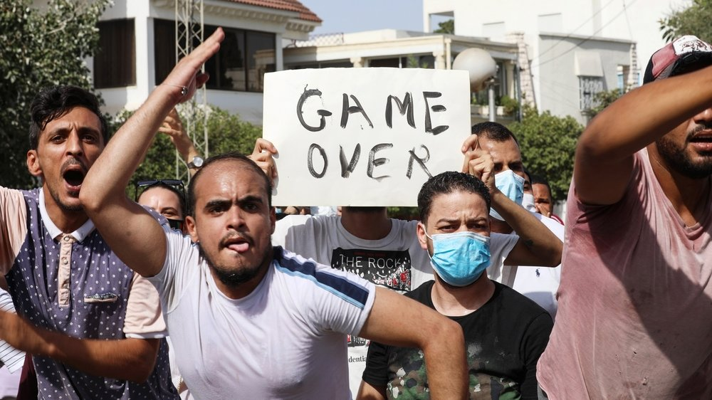 Manifestants autour du bâtiment du parlement dans la capitale Tunis, le 26 juillet 2021.
