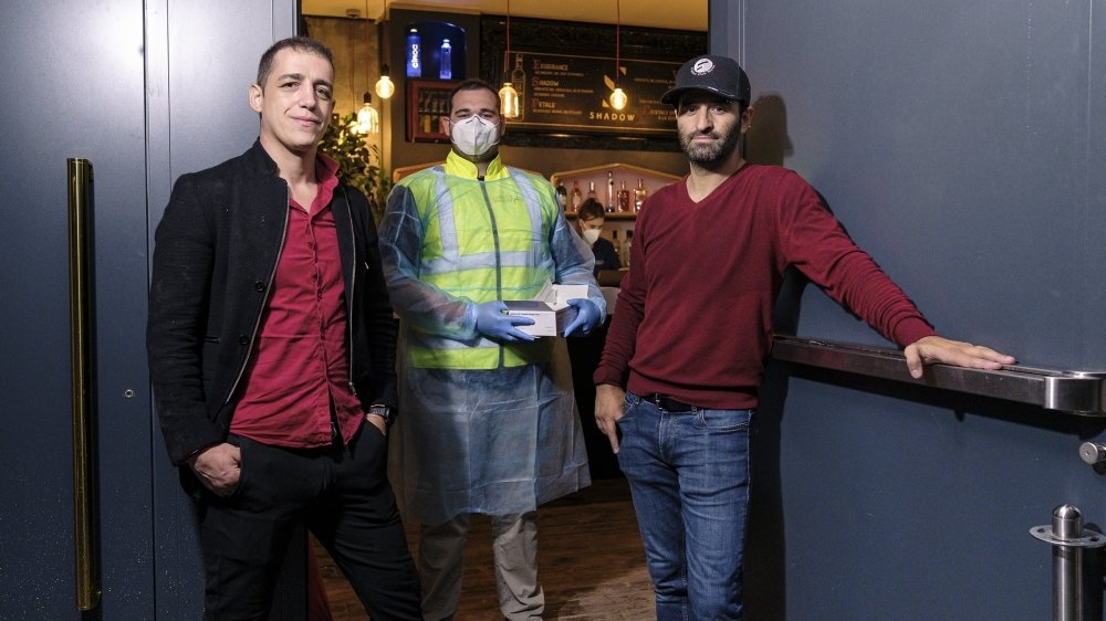 A gauche et à droite, Sergio Carinhas et Filipe Pinho, responsables de l'After. Au centre, Raphaël Galiotto, l'un des testeurs de Chris Medical Services.