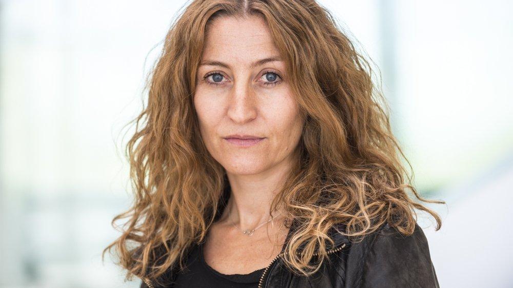 """La comédienne romande Catherine Guggisberg interprète  """"L'Enfant"""", mis en scène par Karim Slama. Sous forme d'un seul en scène drôle et touchant, la quête philosophique d'une fillette et son interrogation sur la condition humaine. Un moment à savourer en famille et en plein air."""