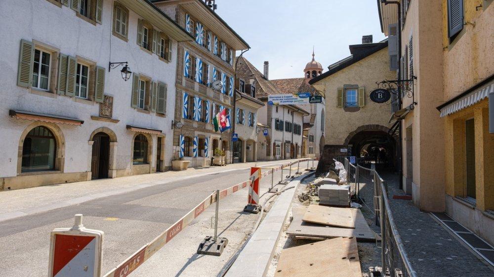 L'élargissement des trottoirs est pratiquement achevé et offrira bien plus de confort et de sécurité aux piétons.