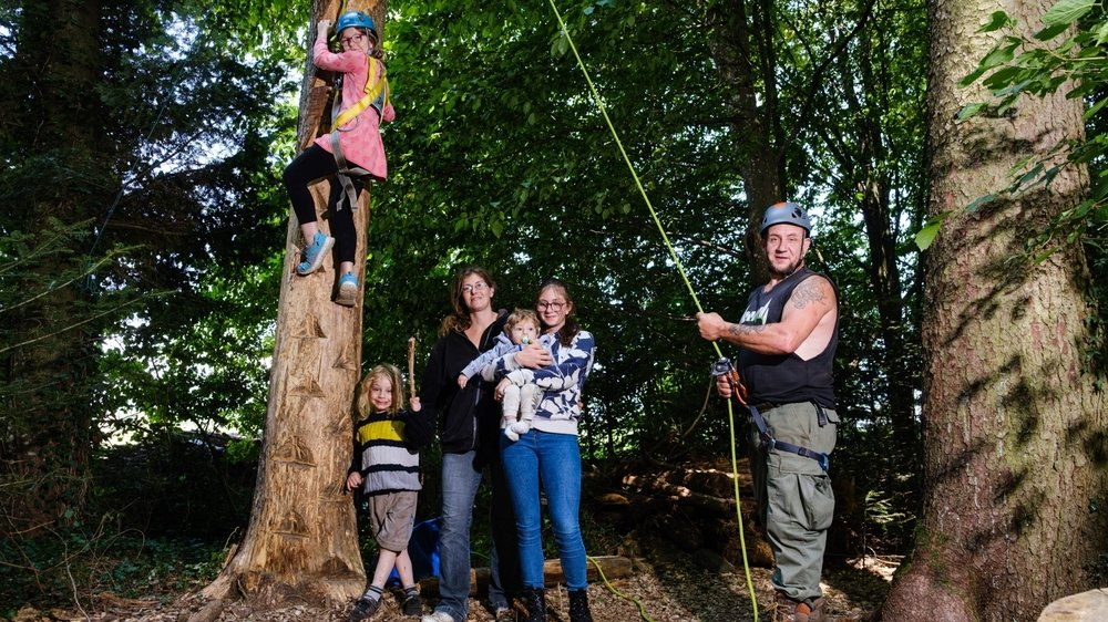 Grimper sur «l'arbre à ours» est une des activités très appréciée des enfants. Ici, toute la famille Monnet (de g. à dr.): Delfine, Maximus, Jessica, Kamille, Even et Fabrice