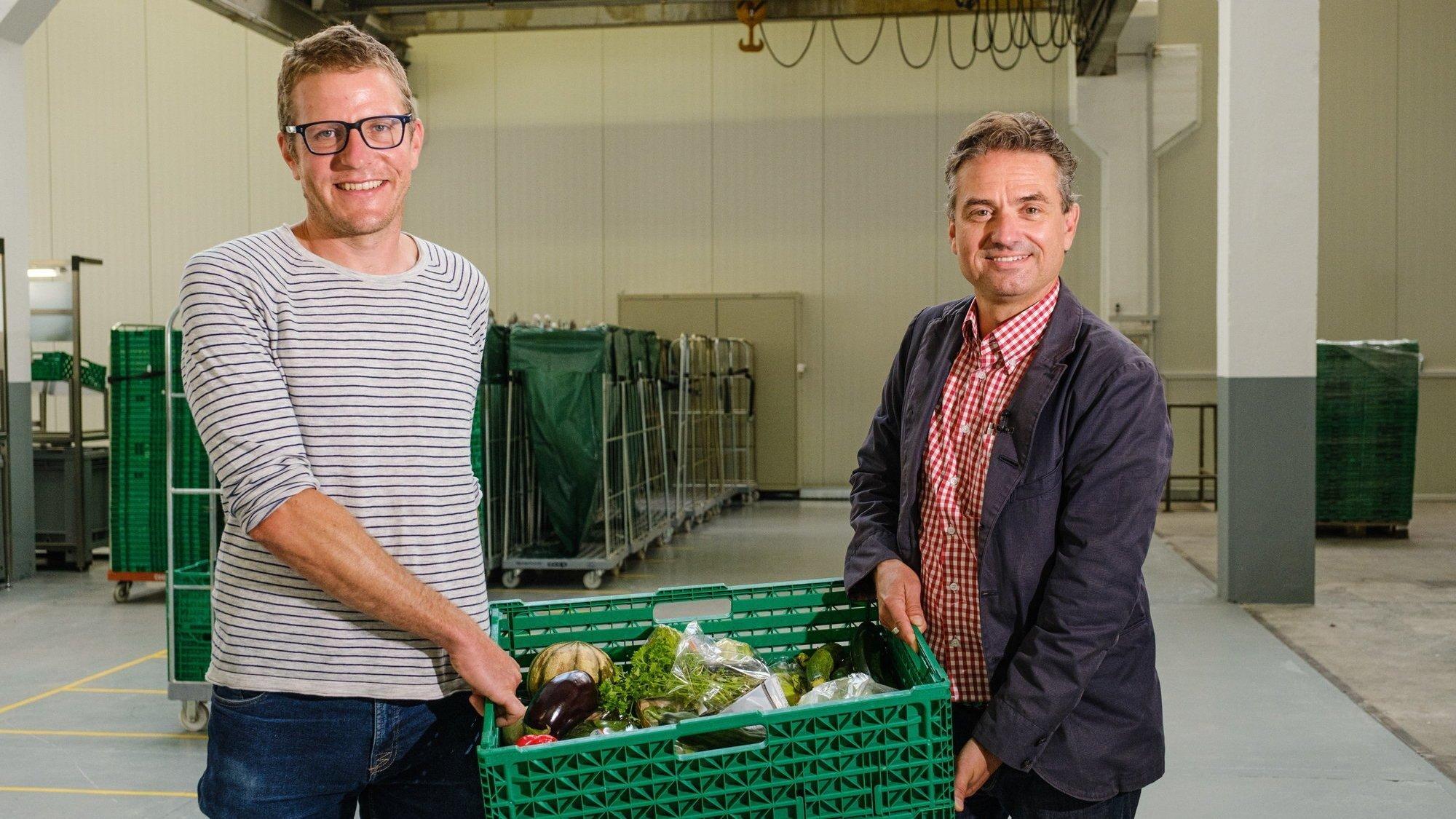 Baptiste Marmier, responsable région Vaud et Neuchâtel pour Table Suisse, et Alex Stähli, directeur de Table couvre-toi, s'unissent avec d'autres partenaires actifs dans le domaine de l'aide alimentaire pour lutter contre le gaspillage de nourriture et la précarité.