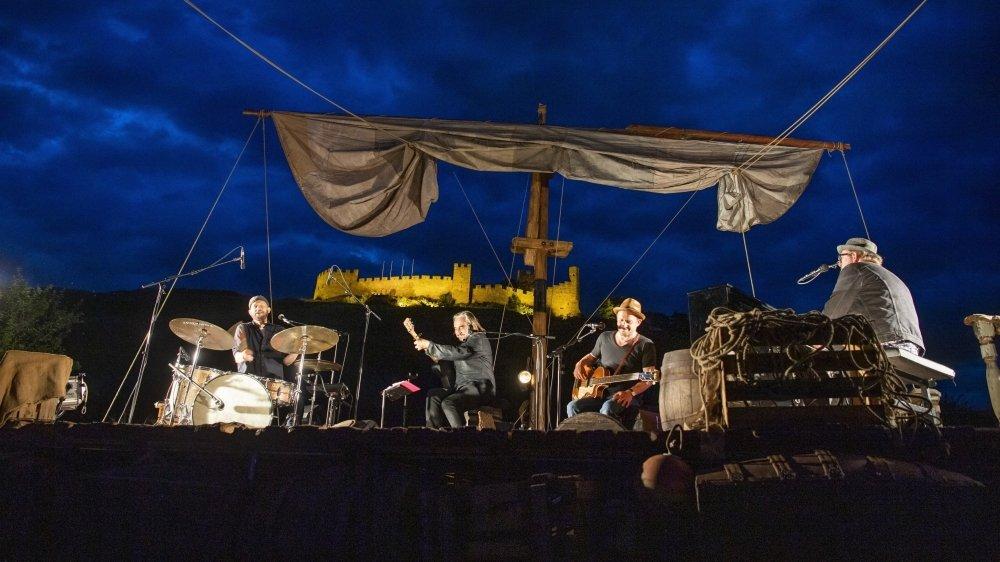 A Sion, le concert de Stephan Eicher a eu lieu au pied des deux monuments historiques à bord de son «Radeau des inutiles».