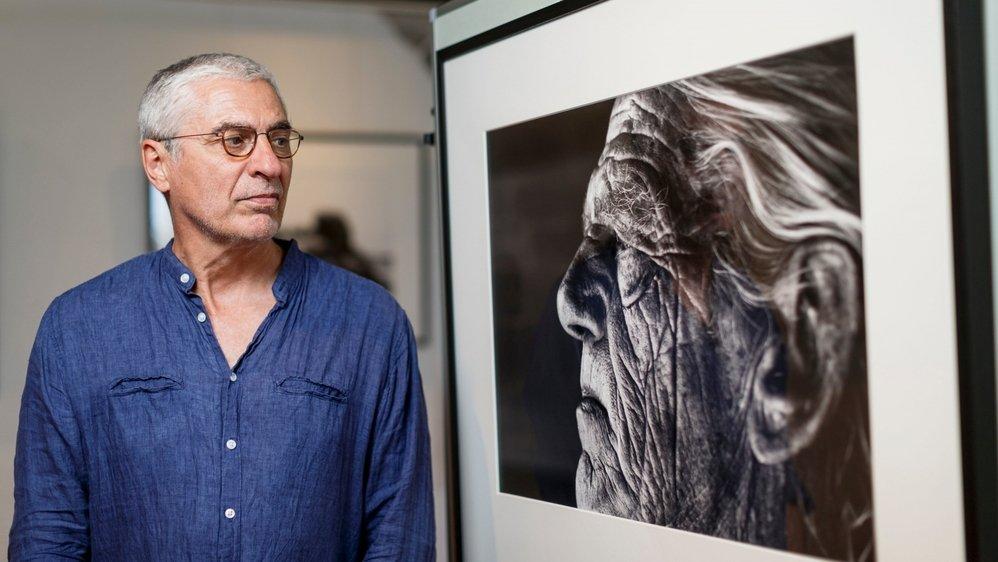 Luca Solari en tête à tête avec le capitaine Abma Hilbrand, un de ses portraits des îliens de Schiermonnikoog.
