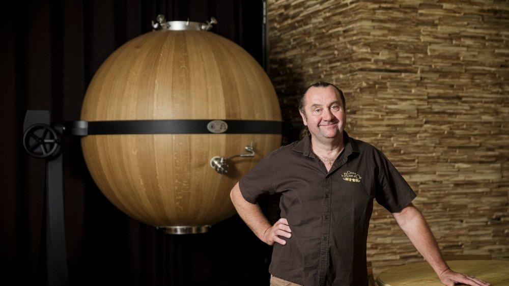 Jean-Michel Walther va utiliser l'immense cuve en chêne lors de la vendange de cet automne pour y vinifier son malbec.