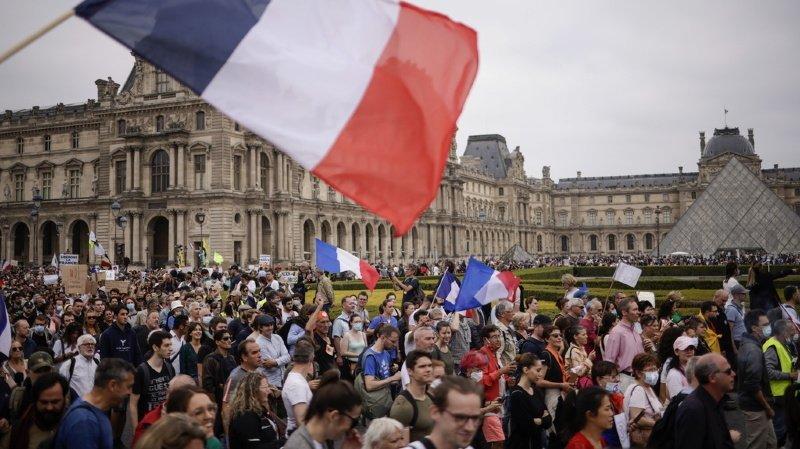 Coronavirus: des dizaines de milliers de personnes dans les rues en France