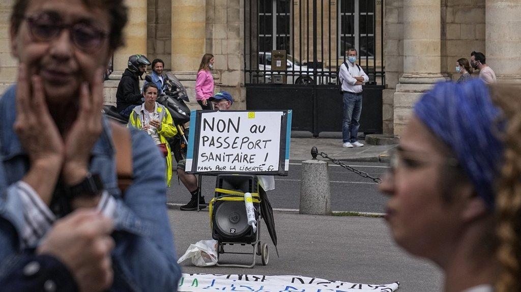 Coronavirus – Paris: «Macron, ton pass, on n'en veut pas»