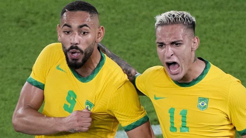 Les Brésiliens Matheus Cunha et Antony célèbrent le 1-0.