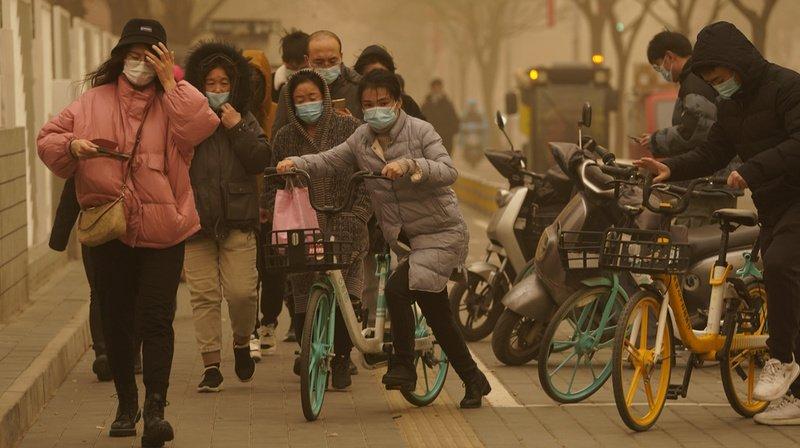 Chine: une immense vague de sable engloutit la ville de Dunhuang