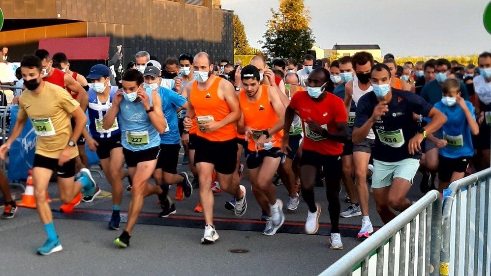 Les coureurs ont pu enlever leur masque une fois la ligne de départ franchie.