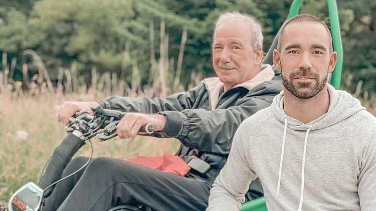 Solidement accroché dans sa chaise roulante, José-Luis Guzman va être poussé par son fils, Daniel.
