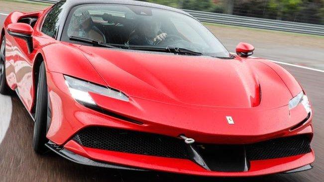 Pour son futur modèle tout électrique, Ferrari annonce des performances sportives exceptionnelles Ici, la première GT hybride rechargeable du groupe, la SF90 Stradale sortie en 2020.