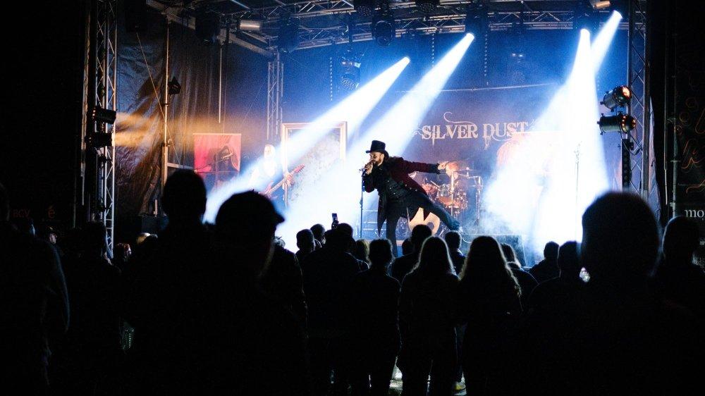 Jeudi soir, le groupe Silver Dust a offert un show complet dans une ambiance digne de Tim Burton.