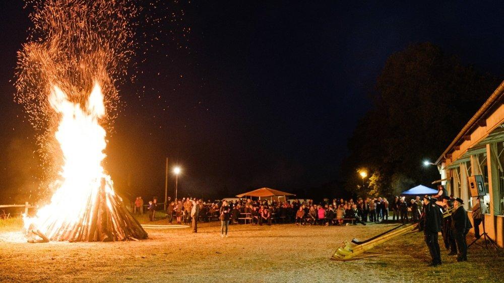 Quelque 250 personnes, dont une moitié d'éleveurs, se sont réunis vendredi autour du feu de Mollens, allumé en solidarité avec les agriculteurs dont le bétail a été attaqué par des loups.
