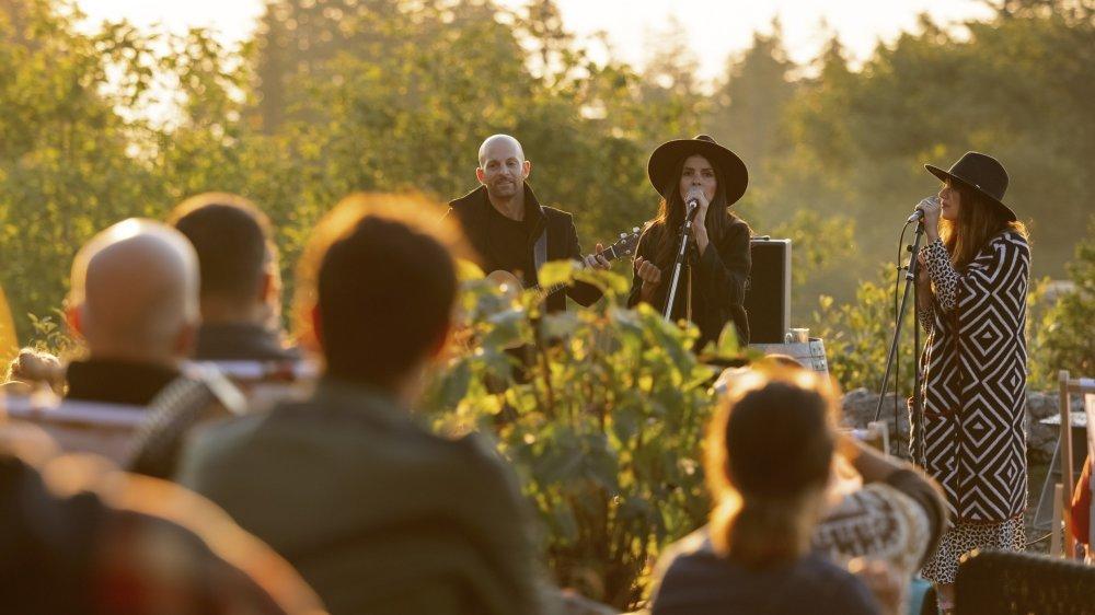Les deux chanteuses d'Elynn The Grenne, Stéphanie Pittet (à gauche) et Irina Andreeva (à droite) à la Barillette au soleil levant.