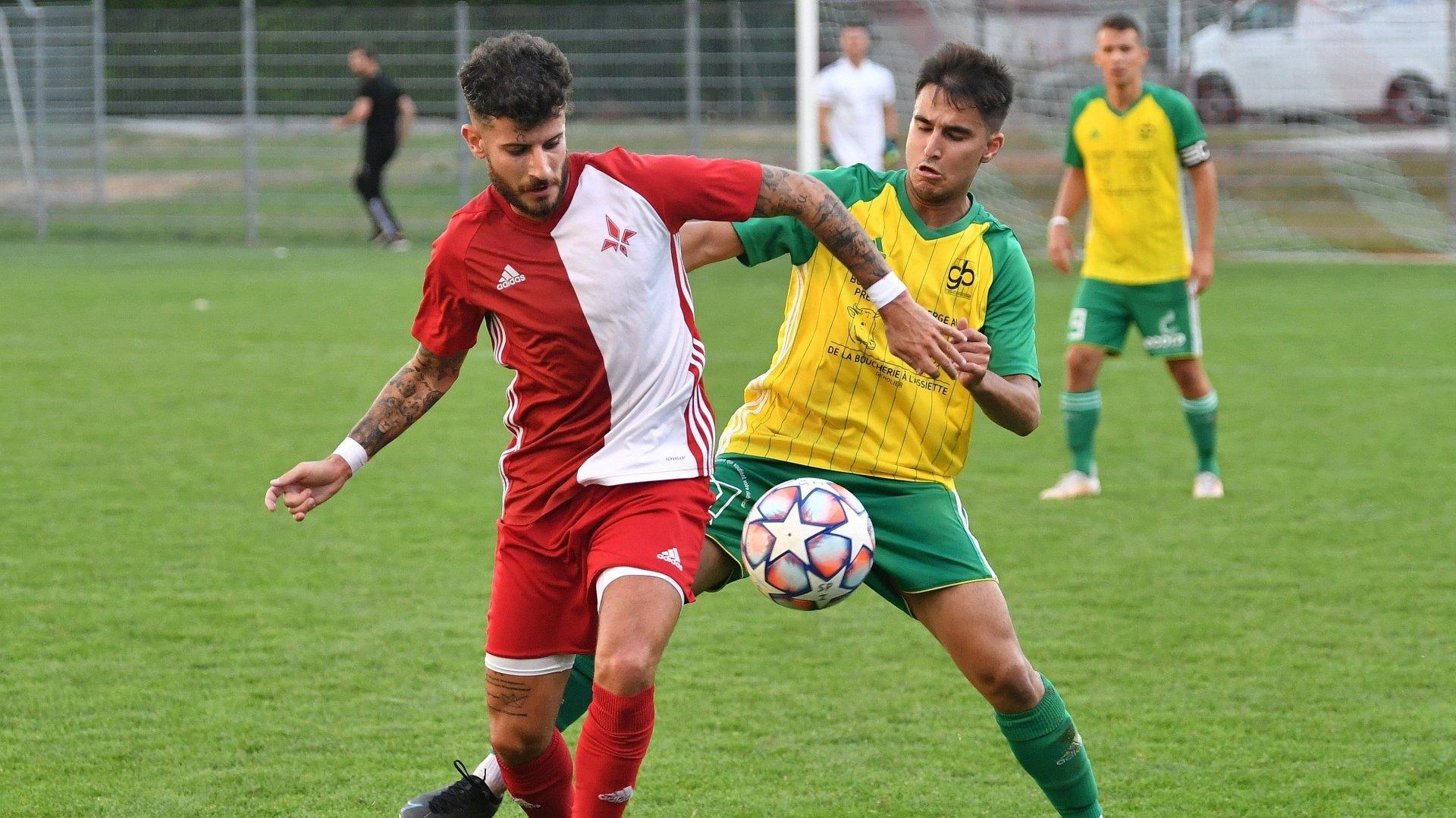 Fabio Mendouca (ici à gauche contre Genolier-Begnins) a inscrit vendredi le but égalisateur pour Saint-Prex.