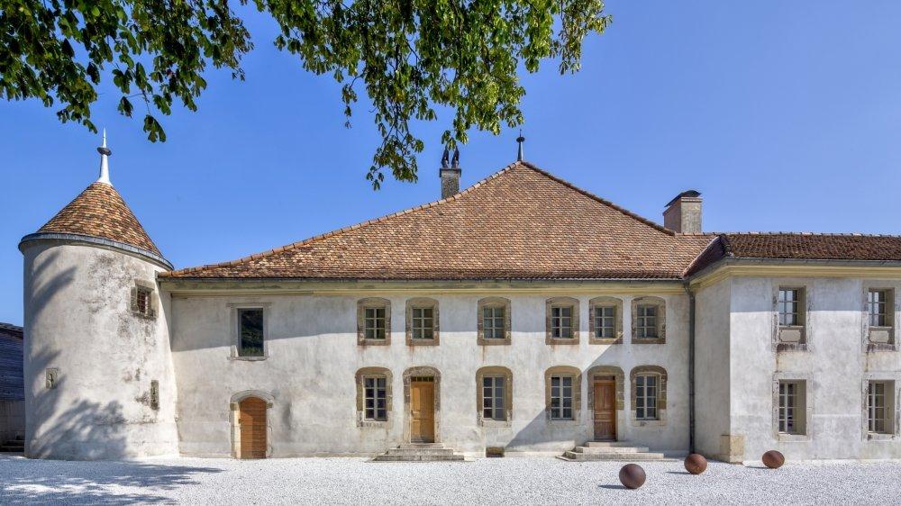 Le Château Le Rosey a été rénové durant sept ans par son actuel propriétaire, l'architecte Pierre Bouvier