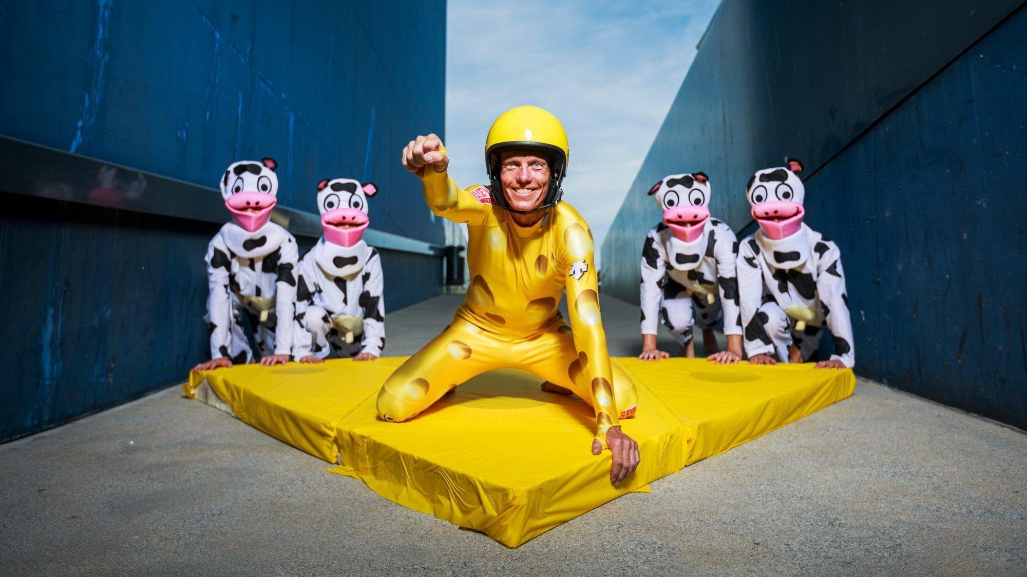 Fred Klink, avec sa combinaison de l'équipe suisse de ski des années 90, se fera pousser par ses quatre acolytes.