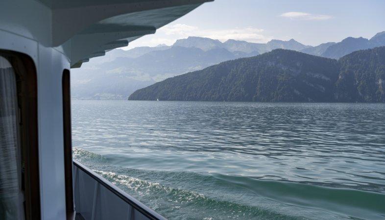 Du diesel s'échappe d'un bateau dans le lac des Quatre-Cantons