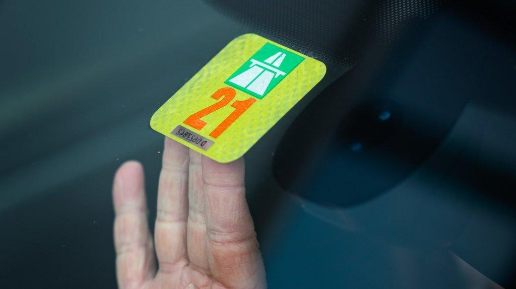 Economiesuisse veut supprimer la vignette autoroutière et l'abonnement général dans les transports publics.