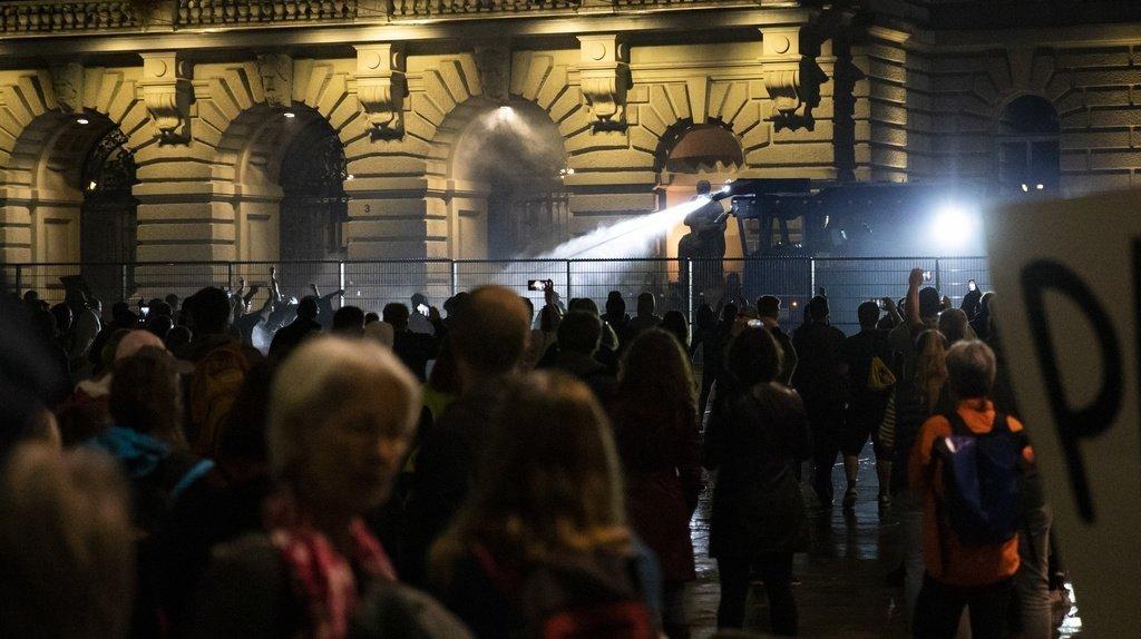 Manifs contre le pass Covid jeudi soir: à Berne, la police a eu recours à un canon à eau
