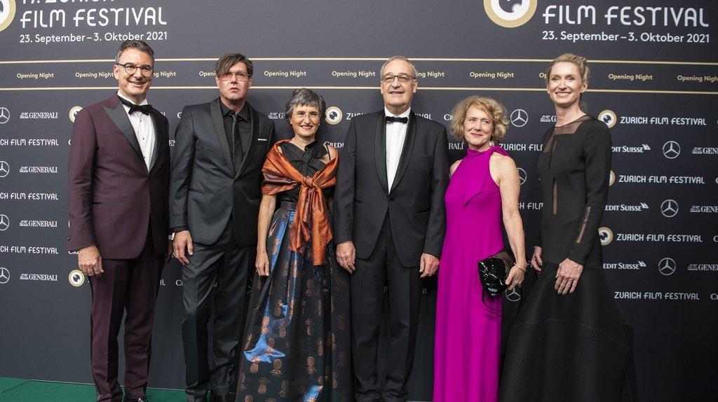 De gauche à droite, Christian Jungen, directeur du ZFF; Michael Steiner, réalisateur suisse; Guy Parmelin et son épouse; Corine Mauch, maire de Zurich; et Elke Mayer, directrice de Spoundation.