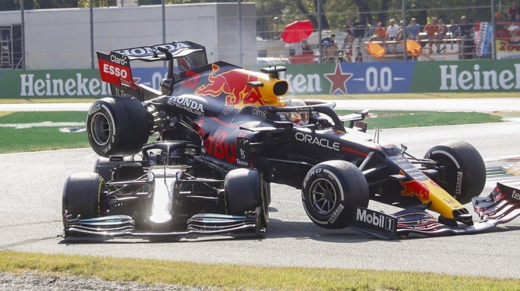 L'image de la course: Verstappen et Hamilton s'accrochent.