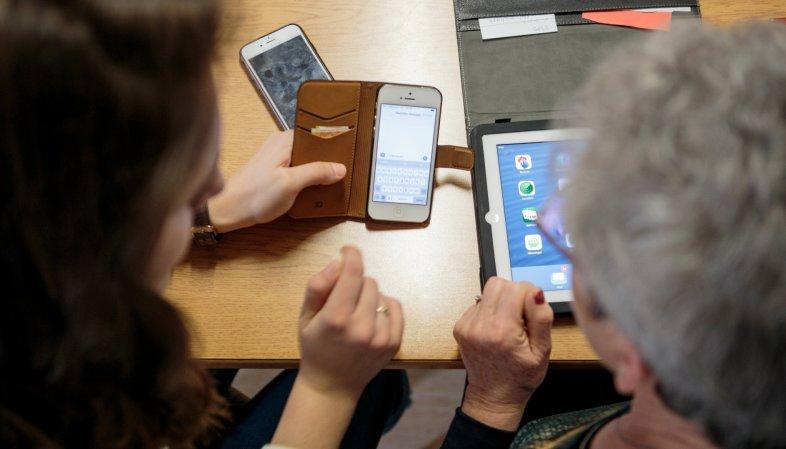Pro Senectute prévoit de partir à la rencontre des personnes âgées qui auraient besoin d'un coup de pouce avec leur smartphone.