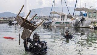 Genève: des bénévoles sortent 1890 kilos de déchets du lac Léman