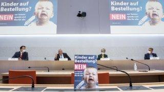 Mariage pour tous: les opposants axent leur campagne autour du bien-être des enfants