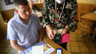 Coronavirus: les serveurs peuvent être contraints de présenter leur certificat