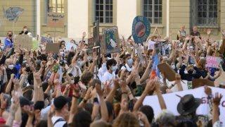 Des militants pour le climat investissent les rues de Suisse