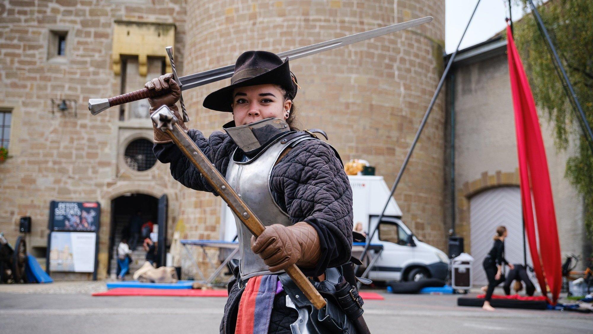 Julie Nissille fait partie du groupe Cinerea Aquila. Avec ses camarades, elle a réalisé d'impressionnantes démonstrations de tir et de combats aux armes médiévales.
