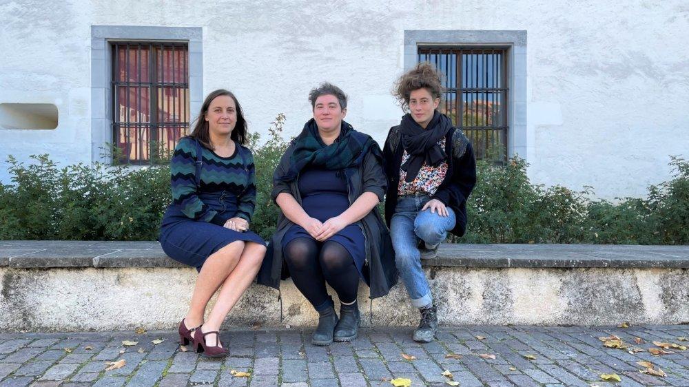 Les lauréates 2021: de gauche à droite, Julie Annen, metteuse en scène, Jessica Vaucher et Chloé Démétriadès, qui représentent l'association eeeeh!