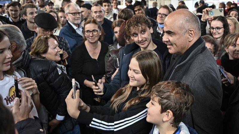Après les discours du président de la Confédération et des autorités lucernoises, la population lucernoise s'est pressée autour des conseillers fédéraux à l'heure de l'apéro.