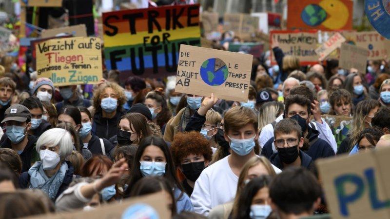 Des milliers de manifestants font pression pour le climat dans les rues de Suisse