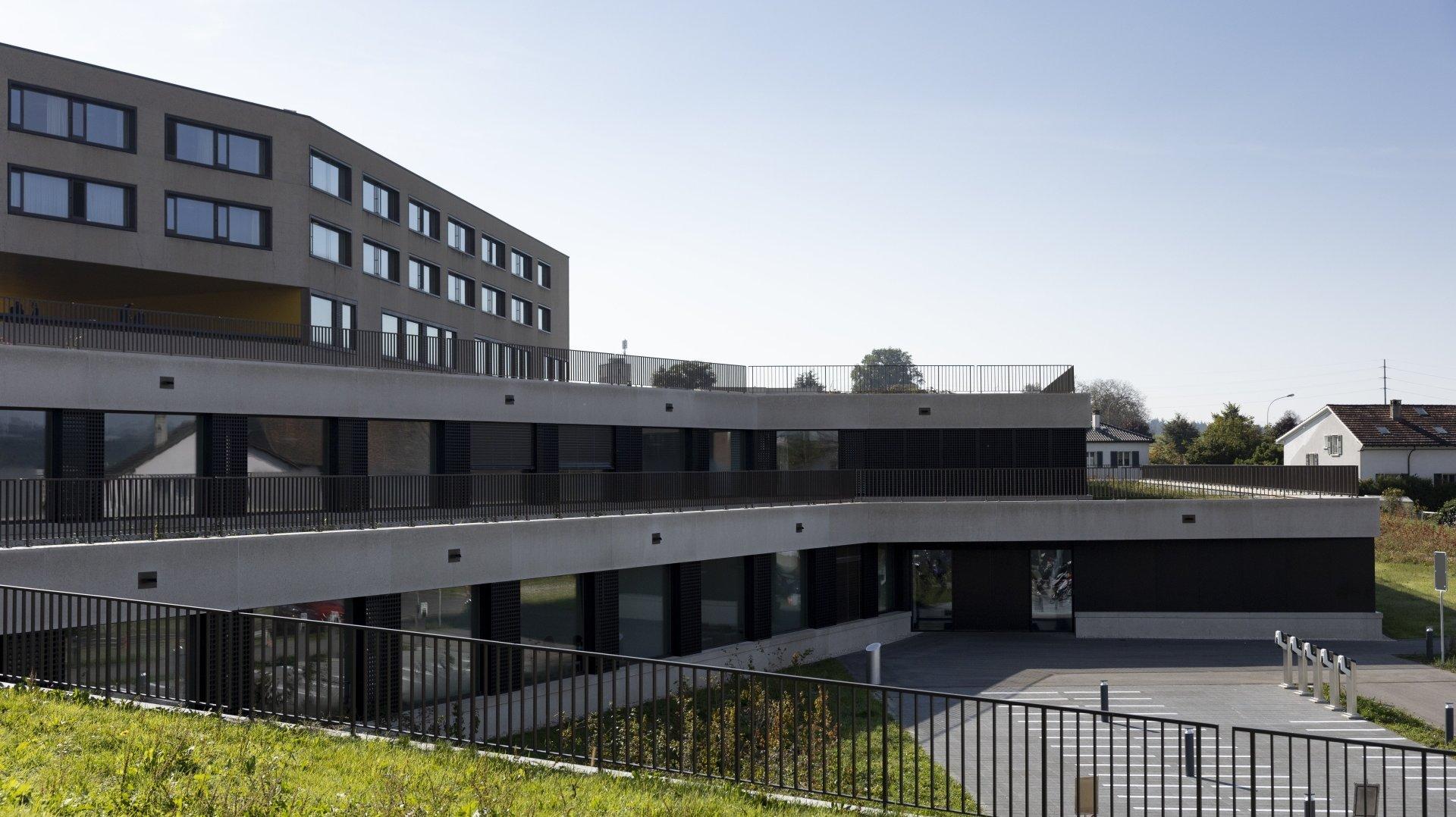 Avec le nouveau bâtiment, qui est aménagé en terrasses, l'établissement scolaire peut désormais accueillir environ 1500 élèves, soit environ 600 de plus qu'à l'origine.