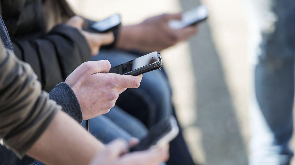 Téléphones: les Suisses utilisent leur smartphone plus longtemps