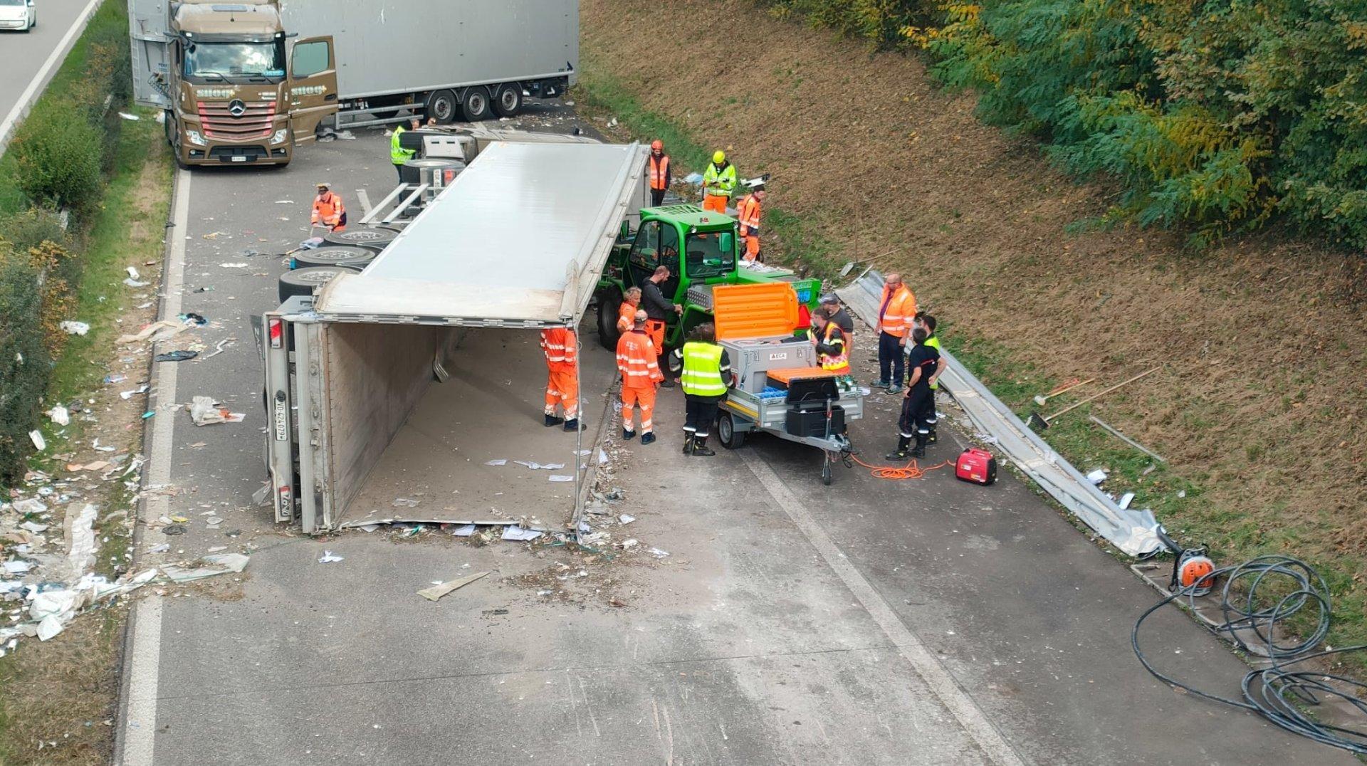Monstre accident sur l'A1 entre Nyon et Gland: deux grues sont sur place