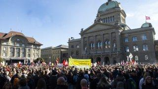 Coronavirus: près de 10'000 manifestants anti-certificat à Berne
