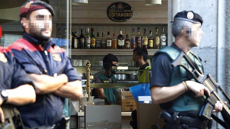 Le café situé au rez-de-chaussée du consulat italien à Barcelone a été cerné par les forces de sécurité espagnoles. La police a effectué 14 autres raids en ville. Au total, 13 personnes dont 8 Italiens ont été arrêtées.