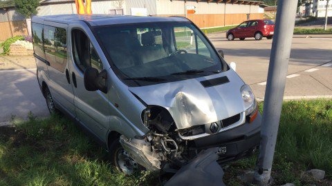 Argovie: un automobiliste ivre fracasse son véhicule de livraison contre un lampadaire à Kaiseraugst