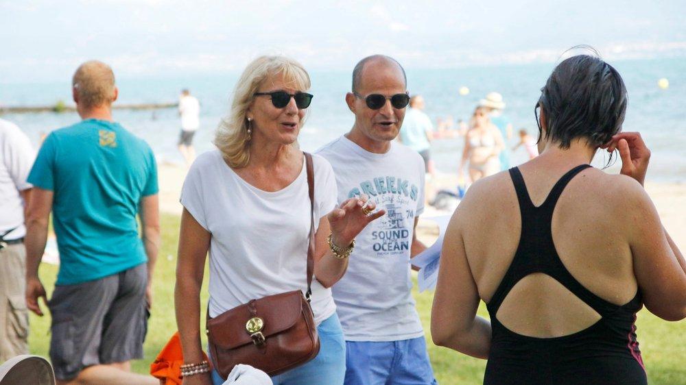 Monique Choulat Pugnale, municipale à Rolle, et Giorgio Micello, conseiller communal, sont allés à la rencontre des usagers de la plage.