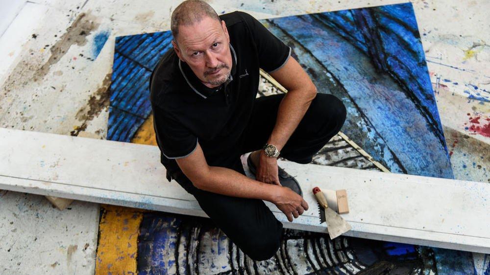 Bernard Garo dans son atelier à l'Esp-Asse, à Nyon. Il utilise essentiellement des pigments naturels qu'il fabrique lui-même.