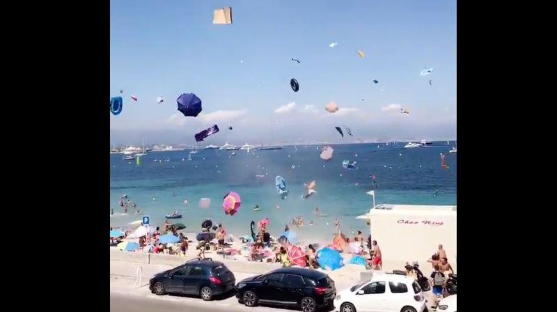 Une mini tornade de bouées colorées s'est formée sur une plage française