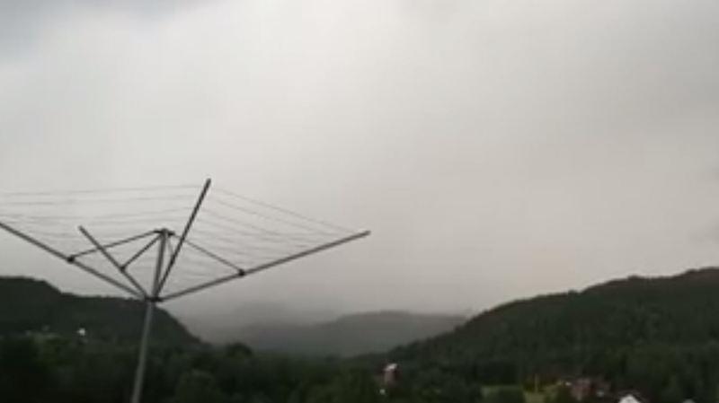 Norvège: un homme sort filmer des éclairs... et ne s'attendait pas à en voir un d'aussi près!