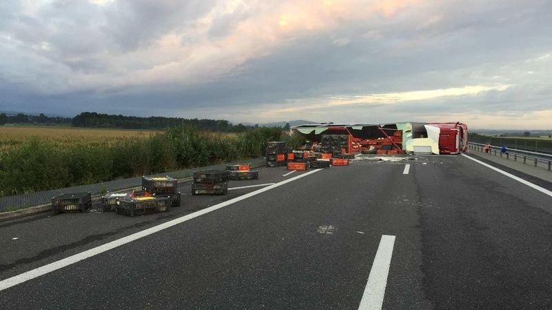 Un camion chargé depouletsse renverse sur l'A1