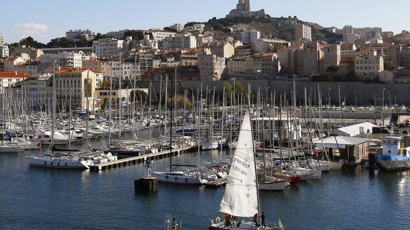 Une voiture fonce sur deux abris-bus près du Vieux-Port de Marseille, un piéton est décédé